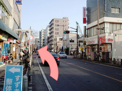 1つ目の交差点(左側にビックエコー様)を左折します。